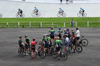 So sieht ein Start des Fichtelberg-Radmarathons in Pandemiezeiten aus. Nur eine kleine Gruppe machte sich auf den Weg von Chemnitz auf den Gipfel des Erzgebirges. Der Start erfolgte dabei im Rad-Oval des Sportforums, weil es aktuell zu viele Baustellen in der Innenstadt gibt.