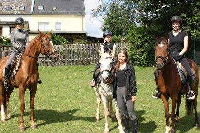 Können wieder regelmäßig trainieren: Hannah Zimmermann, Leonie Reitel, Leni Zimmermann und Glaudia Gottert (von links) vom Fraureuther Verein für Pferdesport- und Reittouristik.