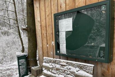 Der Schaukasten des Vereinsheims am Rosensee bietet derzeit einen traurigen Anblick, auch Bänke, Mülleimer und ein Wegweiser wurden von Unbekannten beschädigt.