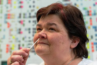 Nicht nur Schüler und Lehrer sind zum Selbsttest aufgefordert, auch weiteres Schulpersonal. Vor ihrem Arbeitsbeginn testete sich Rosmarie Schmidt, Mitarbeiterin im Freizeitbereich des Freien Gymnasiums Penig.