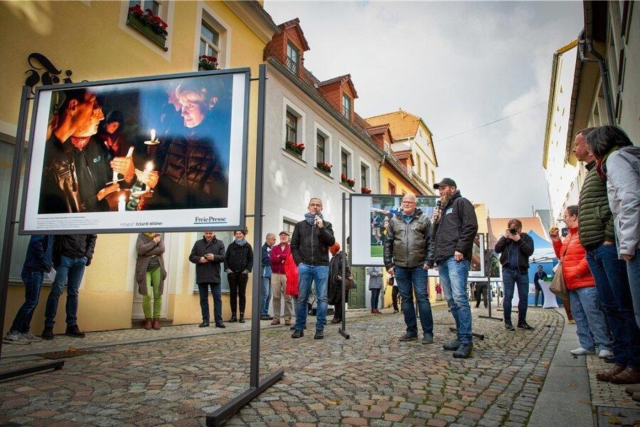"""Mit mehreren Aufnahmen von """"Freie Presse""""-Fotografen startete am Samstag die Oederaner Freiluft-Fotoschau Perspektiva in die nächste Runde. Moderiert wurde die Veranstaltung vom Leiter der Volkskunstschule Rolf Büttner (Bildmitte), der mit """"Freie Presse""""-Fotochef Uwe Mann (Bildmitte, rechts neben Büttner) die Bilder vorstellte. Marcel Schlenkrich (Bildmitte, rechts neben Mann) ist auf der Ausstellung mit zwei Motiven vertreten."""