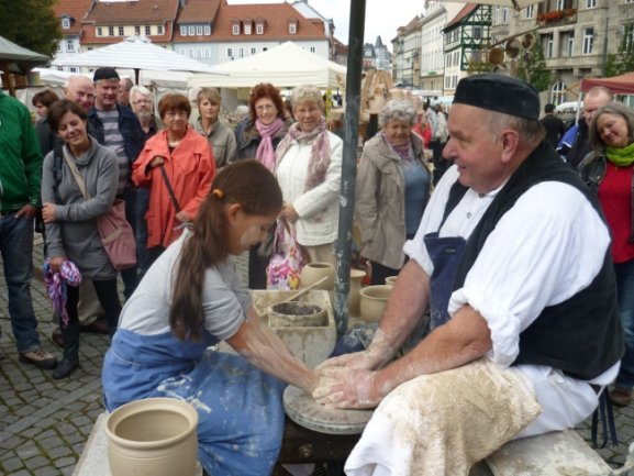 Seit Jahren ist der Töpfermarkt in Plauen beliebt (Archivbild). Dieses Wochenende fällt er aufgrund der Pandemie aus.