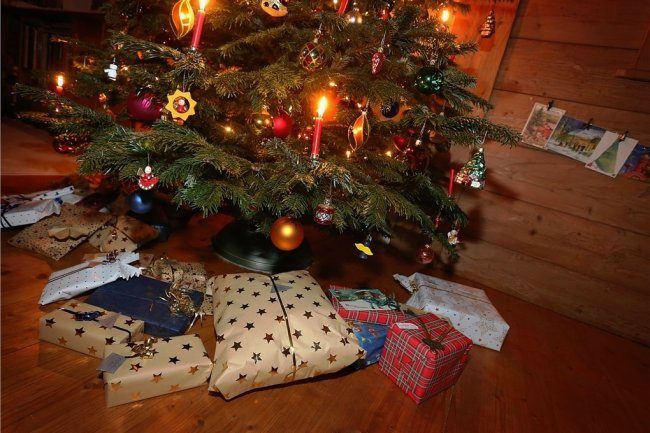 Unterm Weihnachtsbaum wollen viele nicht alleine sitzen.