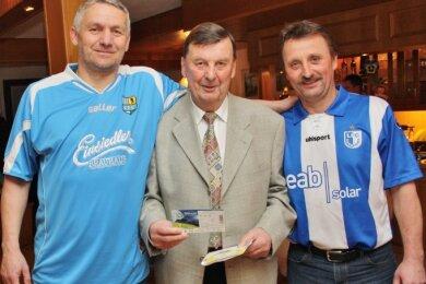 Siegfried Kempe erhielt zu seinem 80. Geburtstag ein VIP-Ticket für das 3.Ligaspiel des Chemnitzer FC gegen den 1. FC Magdeburg - überbracht von Holk Dohle (l.) und Udo Haußmann (r.).