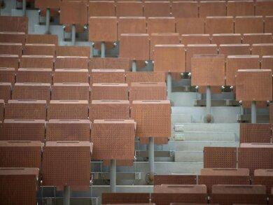 Ein leerer Hörsaal an einer Universität.