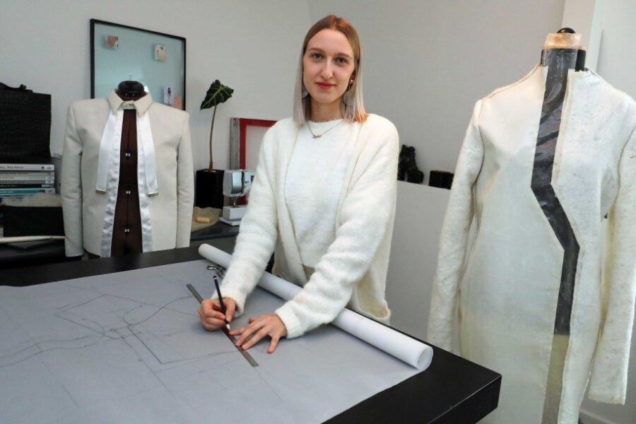 Jungdesignerin Sophie Schramek bei der Arbeit an ihrer Kollektion aus Alpakawolle.