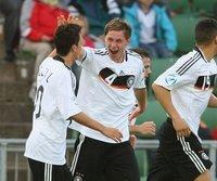 Mesut Özil (l.) beglückwünscht den Torschützen Benedikt Höwedes
