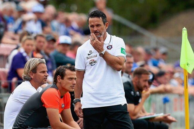 Chefcoach Dirk Schuster (stehend) und sein Trainerteam mit Sascha Franz und Marc Hensel (von links) müssen vor dem ersten Pflichtspiel der Saison bei der Besetzung des Kaders nicht lange rätseln.
