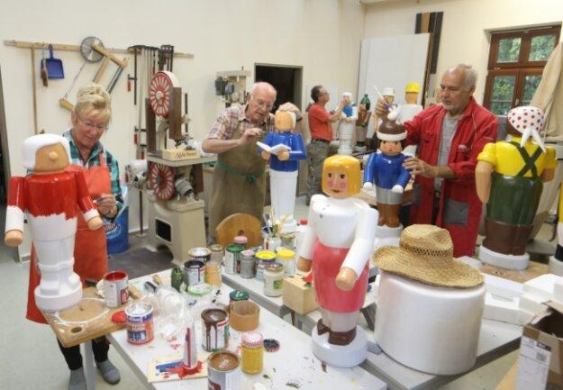 Angela Werner, Georg Maywald und Bernd Richter (von links) verpassen den Figuren der Gersdorfer Weihnachtspyramide ein neues Farbkleid. Bis zum ersten Adventswochenende müssen alle 16 Figuren restauriert sein.
