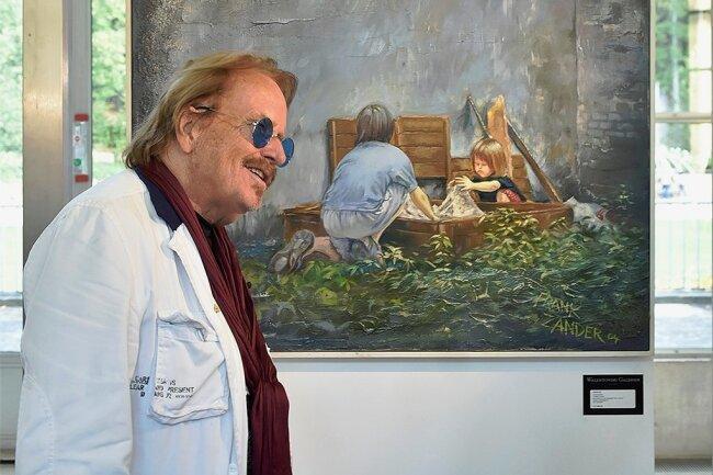 """Frank Zander vor seinem Bild """"Kinder im Hof"""". Der Künstler war zurVernissage im Kurort persönlich dabei."""