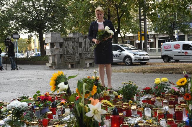 Bundesfamilienministerin Franziska Giffey (SPD) legt am Tatort einen Strauß Blumen nieder.