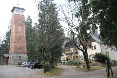 Der ungleiche Zwilling: Das Plateau des Kuhberges bei Stützengrün in795 Höhenmetern mit Turm und Berggasthof.