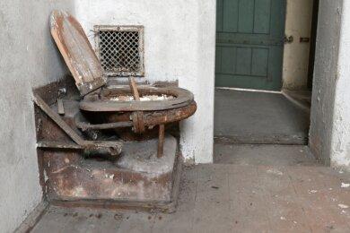 Insgesamt 17 Zellen gab es in dem bis 1960 als Gefangenenhaus genutzten Gebäude. Hier eine alte Toilette in einer der Zellen.