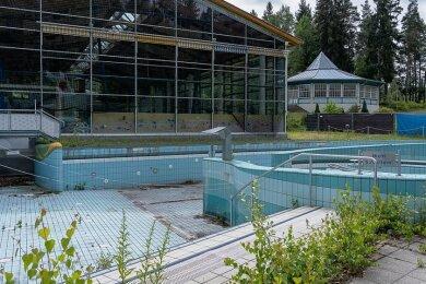 Das Waldbad Brunn ist in den vergangenen Jahren immer weiter verfallen. Das Variobecken im Vordergrund musste geschlossen werden. Im Hintergrund die Schwimmhalle, ebenfalls geschlossen.