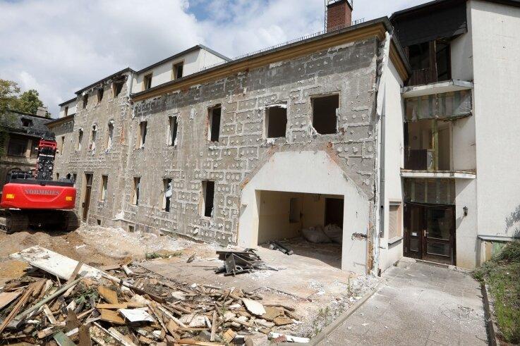 Dieser Altbau, der nun dem Abrissbagger zum Opfer fällt, beherbergte einst auch das Gräflich-Schönburgische Frauenhospital.