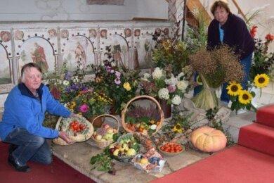 Christian und Brunhild Rüger an den Erntedankgaben, die die Burkersdorfer in ihre Kirche brachten.