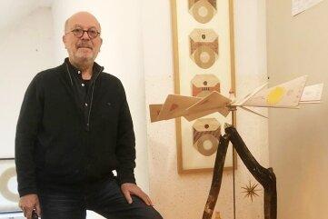 Thomas Ranft vor seiner Kunstpyramide im erzgebirgischen Design.