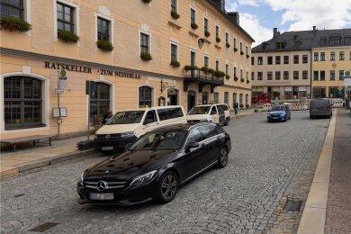Wenn nicht gerade gesperrt ist, fahren täglich Tausende Autos vor dem Rathaus in Annaberg-Buchholz vorbei. Den Durchgangsverkehr will die Stadt mit einer baulichen Veränderung unattraktiver machen.