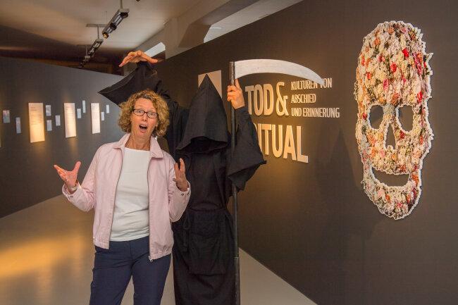 """Der Tod, anonymer Bühnenkünstler und selbsternannter Erfinder der """"Death-Comedy"""", hat am Samstag das Archäologiemuseum in Chemnitz besucht."""