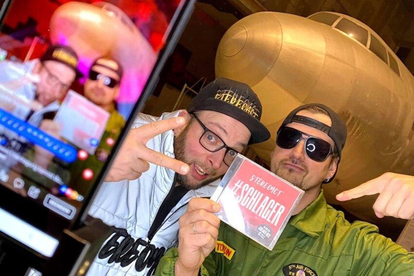 Mit ihren Live-Streams sind Stereoact - Sebastian Seidel (links) und Rico Einenkel - die aus dem Erzgebirge stammen, seit mehr als einem Jahr unterwegs. Das international erfolgreiche DJ- und Produzentenduo kommt nun mit seiner neuen CD 'Schlager nach Freiberg.