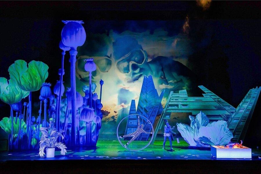 """Die Oper """"Paradiese"""" führt ihre Helden auch in surreale Welten. Foto: KIrsten Nijhof/Oper Leipzig"""