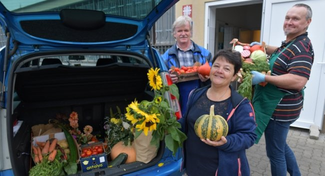 Am Dienstagmorgen nahmen Monika Zeuner und Jörg Janek (r.) die frischen Spenden vom Erntedankfest aus Burkersdorf entgegen. Werner Böhme brachte sie zur Freiberger Tafel.