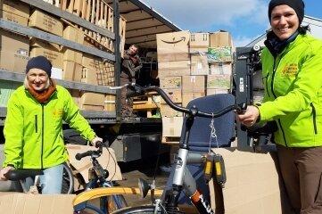 Raminta Kretschmann (r.) und Lina Simkaitiene von der Firma Naturbrennstoffe packten beim Beladen des Hilfstransports in Hainichen mit an.