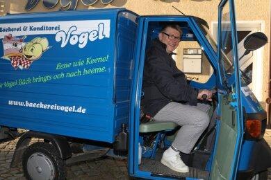 Mit der schmalen Ape 50 kommt Bernd Vogel fast überall durch. Der Bäckermeister fährt zu seinen Kunden nach Hause.
