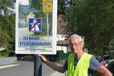 Die Bürgerinitiative Reinsberg-Dittmannsdorf protestiert mit Plakaten gegen den Ausweichverkehr von der Autobahn 4 durch ihre Orte. Volker Hönig hat die Schilder mit angebracht.