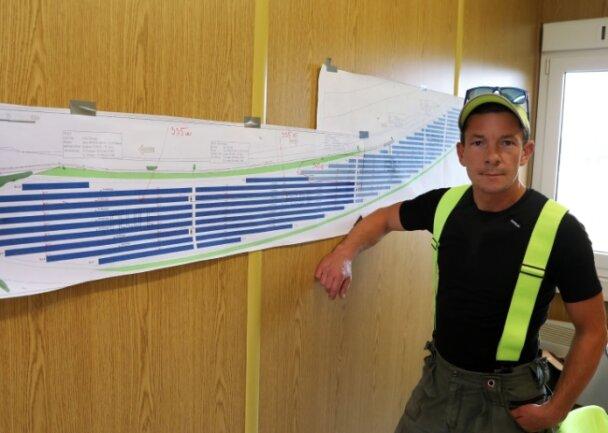 Alle Fäden laufen bei Projektleiter Martin Stankovic zusammen, der die Installation der Module zunächst im Solarpark Dennheritz überwacht.