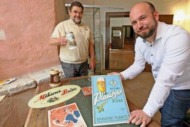 Ekkehard Winkler (l.), Vorsitzender des 1. Brauereisouvenirclubs Mauritius, und Museumschef Christian Landrock beim Aufbau der Sonderausstellung.