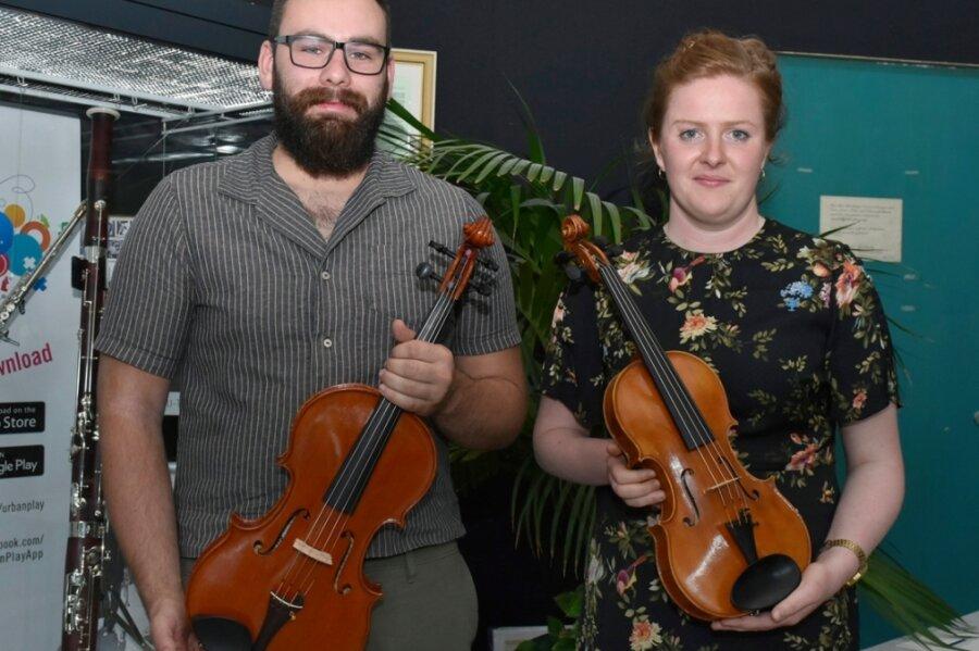 Philipp Koch aus dem Vogtland und Hannah Weidauer aus dem Erzgebirge widmeten sich in ihren Abschlussarbeiten dem vogtländischen Streichinstrumentenbau - und bauten eine Viola beziehungsweise Violine.