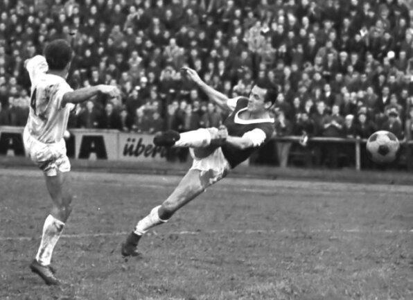 Klaus Zink (rechts) ist am 27. August 1966 im DDR-Oberliga-Spiel gegen Zwickau vor Volkmar Resch von den Gästen zum Schuss gekommen. Die Partie im Otto-Grotewohl-Stadion endete 2:2.