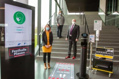 Stolz präsentieren Anne Krieger und Ronny Bley (Mitte) vom Festhallenteam und Kulturbürgermeister Steffen Zenner einen Teil der für rund 85.000 Euro neu angeschafften Technik.