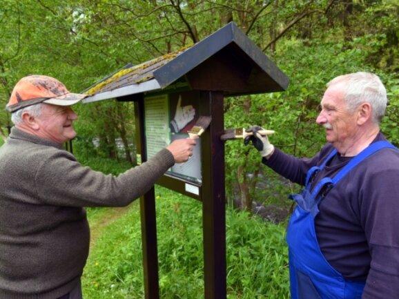 Frieder Bley und Karl-Heinz Dittmann beteiligten sich am Arbeitseinsatz.Foto: Carsten Steps
