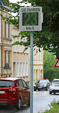 Seit Donnerstag wird in der Gerhard-Weck-Straße dauerhaft die Geschwindigkeit gemessen.