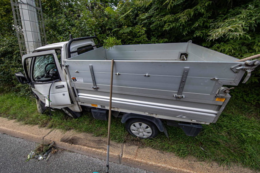 Plauen: Multicar prallt gegen Laternenmast