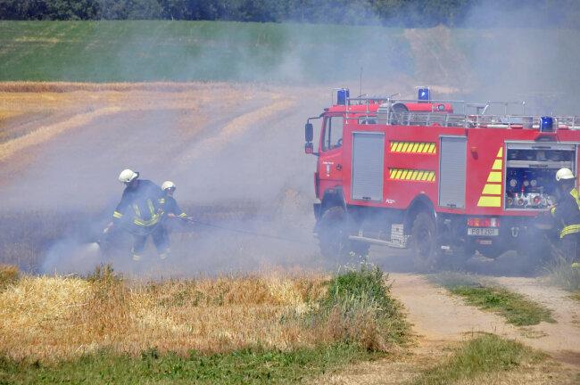Durch die Hitze ist es auf einem Feld der Agrar GmbH Kunnerstein bei Augustusburg zum Brand in einem gerade abgeernteten Wintergersteschlag gekommen.