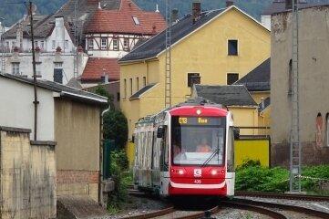 Die Bahnstrecke zwischen Aue und Chemnitz wird derzeit ausgebaut für das sogenannte Chemnitzer Modell, bei dem Straßen- und Eisenbahnnetz miteinander verknüpft werden. Künftig pendelt eine Citylink-Bahn - das Foto zeigt eine Probefahrt in Aue - zwischen beiden Städten.