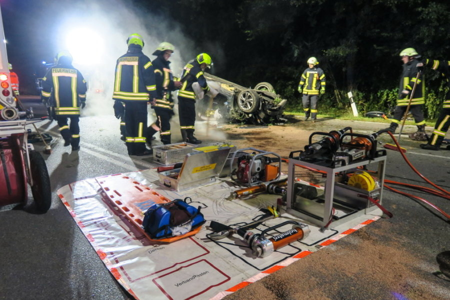 Opel überschlägt sich - Fahrer muss ins Krankenhaus