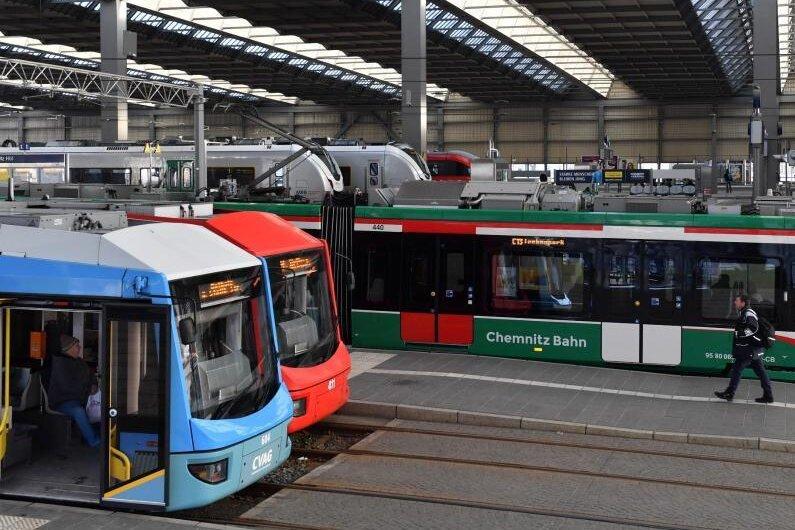 Ein Straßenbahnzug (r) aus dem sogenannten Chemnitzer Modell fährt aus dem Hauptbahnhof.