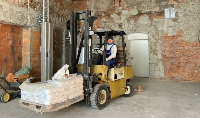 Für Firmeninhaber und Grundstückseigentümer Silvio Bach eröffnen sich mit der sicheren Verwahrung neue Nutzungsmöglichkeiten für das Schachtgebäude. Etwa dort, wo jetzt der Gabelstapler steht, befand sich das Schachtauge. Hier schweres Gerät abzustellen, war unmöglich.