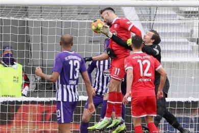 Düsseldorfs Kenan Karaman springt höher als alle Auer - inklusive Torhüter Martin Männel - und köpft zum 2:0 für die Gäste ein.