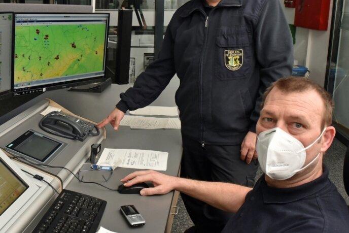 In der Integrierten Rettungsleitstelle laufen Notrufe aus Chemnitz und den Landkreisen Erzgebirge und Mittelsachsen ein. Sven Reuter (stehend) ist der Leiter. Tino Egerland einer der Lagedienstführer.