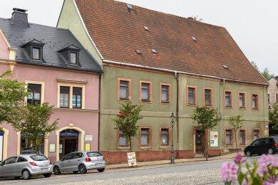 Nun soll die Stadt Elterlein einen Fördermittelantrag fürs Uttmann-Haus erarbeiten. Ein Verein will später im Gebäude ein touristisches Zentrum mit Schwerpunkt auf traditionellem Textilhandwerk betreiben. Die berühmte Unternehmerin Barbara Uthmann wird in Elterlein traditionell Uttmann geschrieben.