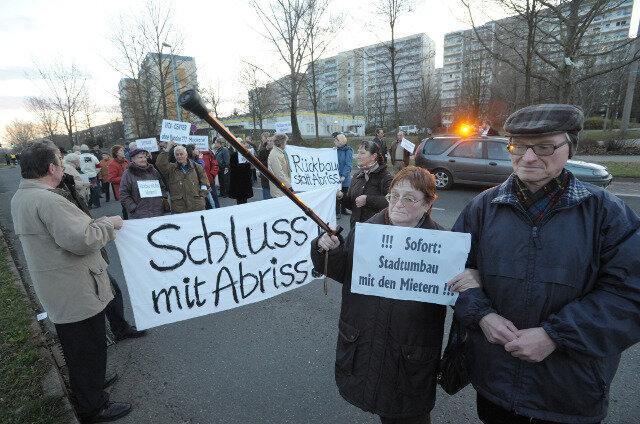 Etwa 60 GGG-Mieter, darunter Helga und Lothar Schuster, demonstrierten am Donnerstag für ein Ende des Abrisses im Heckertgebiet.