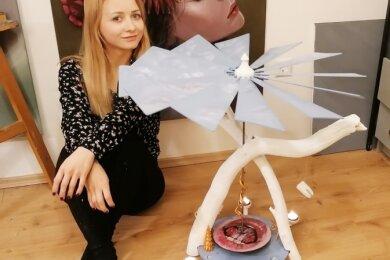 Künstlerin Anne Schlesinger zeigt ihr Meisterwerk: Eine Pyramide mit modelliertem Zahn für einen Zahnarzt.