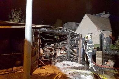 In der Nacht zu Freitag brannte eine Garage an der Chemnitzer Straße komplett aus.