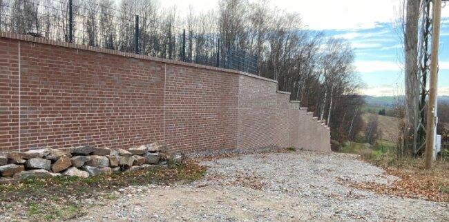 Auch die Mauer verursachte Mehrkosten, entgegen der Planung musste sie komplett neu gebaut werden.