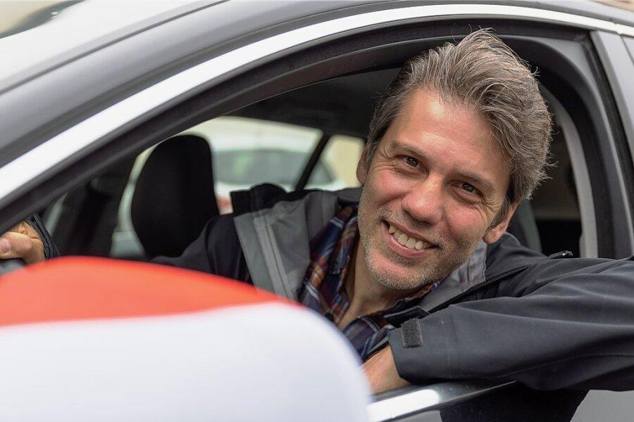 Die Außenspiegel seines Autos zeigen es: Hier kommt ein Ungarn-Fan. Kein Wunder, denn Fahrer László Varga ist gebürtiger Ungar und seit Jahren einer der Publikumslieblinge im hiesigen Theater.